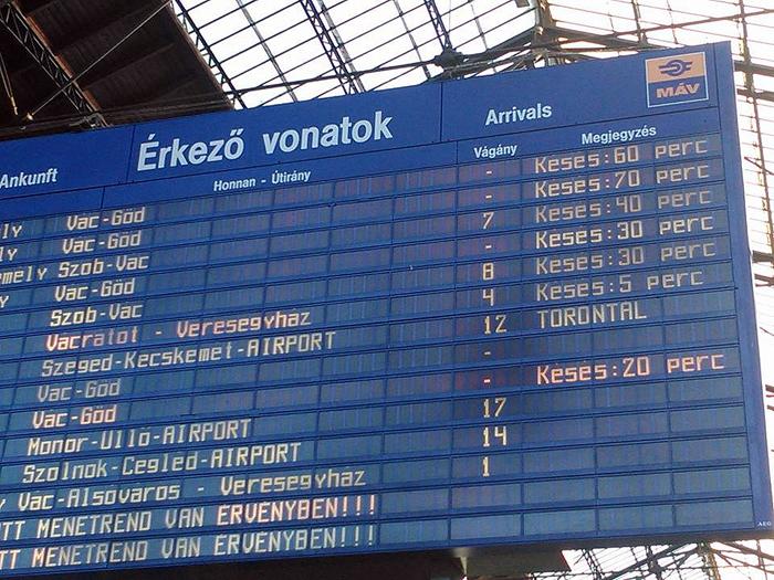 vonatkéséséeket jelez a tábla-700