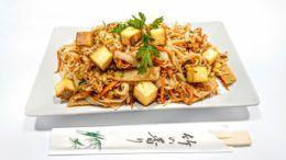 Pad thai sült rizstészta zöldségekkel,tojással, tofuval a váci szusizó egyik legnépszerűbb étele